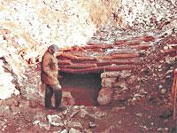 Исследование одного из курганов на Беш-Обе: вход ведет в гробницу.