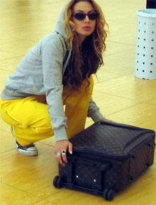Кстати, такой чемоданчик от Луи Виттона стоит около $10 000.