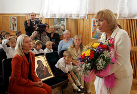 Во время своего последнего визита в детдом Катерина Ющенко подарила детям икону Божией Матери.