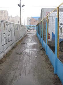 В этом месте, недалеко от станции метро «Героев Днепра», скинхеды расправились с африканцем.