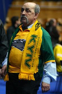 ...ни суперфан Парамон, сменивший по такому случаю футбольную экипировку на баскетбольную.