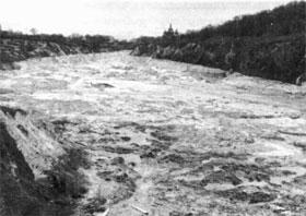 Тонны глины, песка и воды хлынули по улице Телиги на Куреневку.
