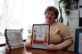 Такой же сертификат, как в руках у Оксаны Зеленко, получает каждый человек, подаривший школе коллекцию классической литературы.