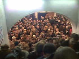 В переходе между станциями «Площадь Льва Толстого» и «Дворец спорта» люди едва не задушили друг друга.