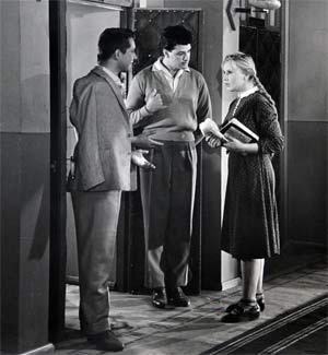 В фильме «Приходите завтра» одну из первых ролей в кино сыграл Александр Ширвиндт (в центре).