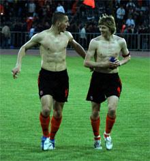 Левандовски - Анатолию Тимощуку (справа): - Нет, что ни говори, а в Донецке теплей, чем в Санкт-Петербурге.