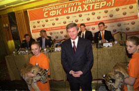 Пятимесячного фартового тигренка первым делом познакомили с Ринатом Ахметовым.