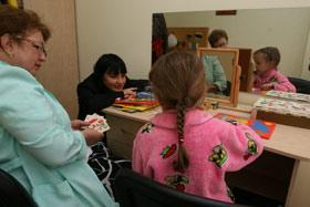 Малыши из Центра реабилитации детей, больных ДЦП, души не чают в Ирэне Кильчицкой, которая регулярно бывает у них в гостях.