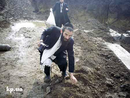в руках у крайнего хасида – мешок с костями, ноги у всех грязные, только со стройки