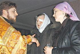 Священник Виталий Трач с Татьяной Савчук и Анной Вороновой беседуют в храме о чуде.