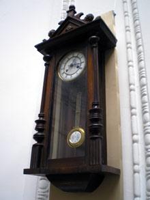 Вот такие часы висели на стене местного пролетария.