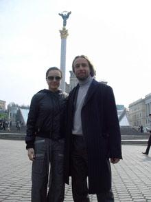 Идеолог экстрим-театра KITONB Анжело Бонелло вместе с Лилией Подкопаевой пришел осмотреть Майдан.