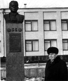 В восьмидесятых годах дважды Героям Социалистического Труда ставили памятники еще при жизни.
