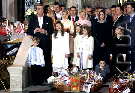 Рядом с президентом и его супругой Екатериной смиренно стояли Юлия Тимошенко и Раиса Богатырева.