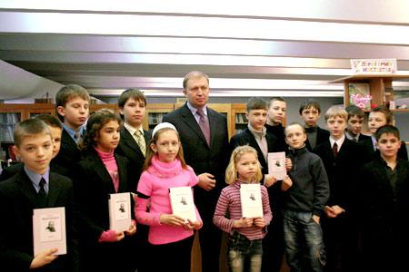 Василий Горбаль вручил школьным библиотекам 20 тысяч экземпляров «Кобзаря».