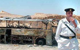 Туристический автобус, в котором ехали 40 человек, взорвался и сгорел.