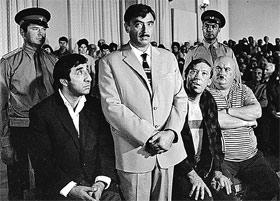 «Спасибо, я постою» (кадр из «Кавказской пленницы»). Роль «товарища Саахова» сделала актера популярным.