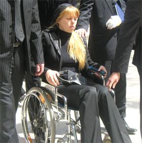 У Анны, дочери покойной, в аварии обгорели стопы, и она провожала мать в последний путь в инвалидной коляске.