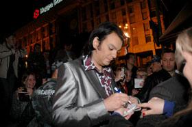 Киркоров раздавал автографы после Козловского.