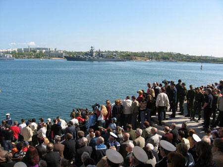В морском параде участвовало около 30 военных кораблей.