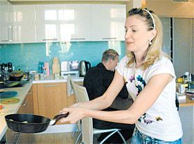 Кристина Гусина освоила новое «спортивное» упражнение: жонглирование блинами на сковородке.