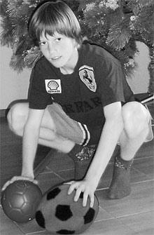 Андрей Гусин-младший ни на минуту не расстается с футбольными мячами.