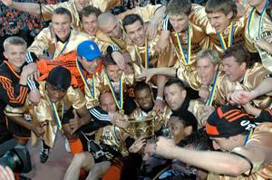 «Горняки» праздновали успех в «золотых» футболках.