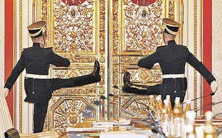 Врата власти в Большом Кремлевском дворце. Еще мгновение - и из них выйдет президент...