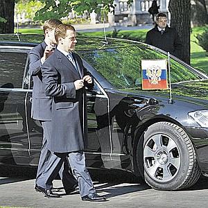 Дмитрий Медведев ездит на новом «Мерседесе». На капоте - штандарт президента.