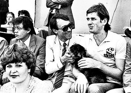 Абдулов вместе с ленкомовцами Николаем Караченцовым и Олегом Янковским на футбольном матче.