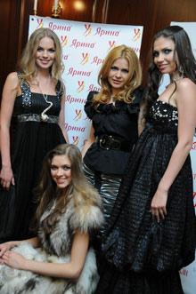 Айна Гасе (в центре) и ее модели.