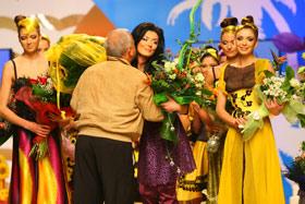 Поклонники дарили Дорожкиной желтые букеты в цвет коллекции.