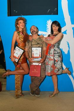 PR-директор «КП» Елена Минина (справа) вручила Виктору Черкасскому и Марысе Горобец дипломы от редакции.