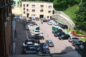Во дворе горадминистрации с парковкой тоже напряженка.
