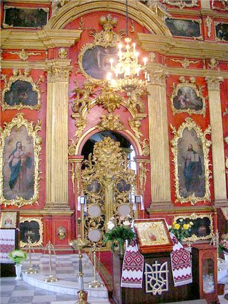 В интерьере храма иконы XVIII века получили новых соседей - современные иконы фабричного изготовления.