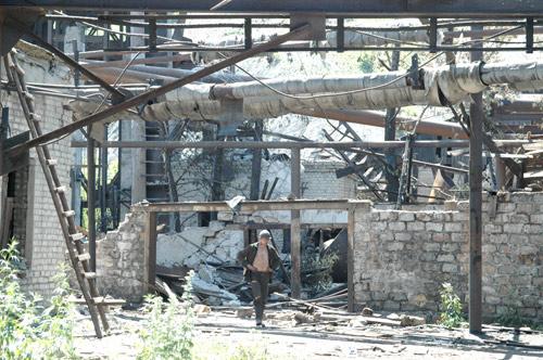 От шахтоуправления остались руины.