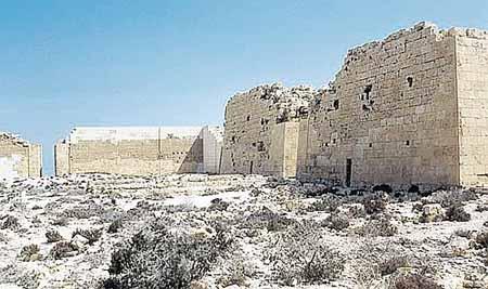 Развалины храма Осириса, под которым Захи Хавас планирует найти могилу влюбленных