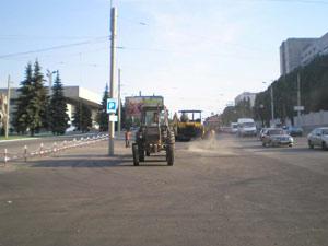 В плохих дорогах виноват Кабмин. Традиционная укладка свежего асфальта на ул. Макарова накануне приезда президента.