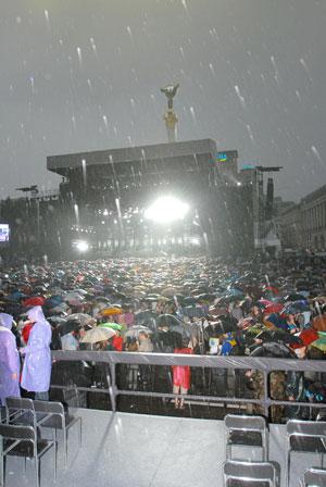 Под проливным дождем экс- битла слушали 350 000 человек.