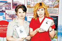 Светлана ДЮГАЕВА (справа) и Людмила БЕНЗАРЬ: - Из-за того, что в 90-е годы интерес к библиотекам пропал, мы потеряли целое поколение читателей.