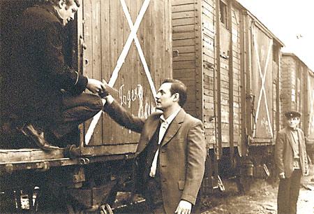 Соломин в роли чекиста обсуждает сцену на ж/д станции в Киеве («Квартет Гварнери»).