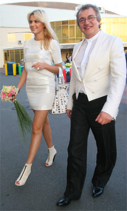 Дибров приехал в Киев с молодой женой.