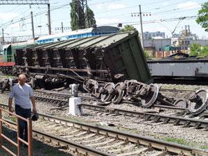 Причина аварии и ущерб пока устанавливаются. Скорее всего, были стесаны гребни колес.