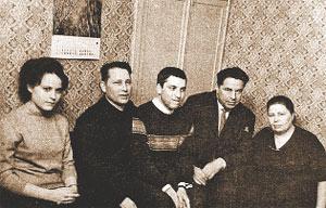 Бориса Жбычкина (в центре) тетя Валя (справа, ей уже за 50) и родственники провожают в армию. Рядом со Жбычкиной (Истоминой) ее муж Иван Арсеньевич.