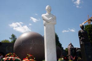 Памятник Амосову - одна из достопримечательностей 52-го сектора.