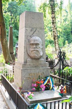 Чтобы монумент Грушевскому был целее, его развернули спиной к центральной аллее.