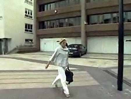 Линда Уайз перед зданием суда. Кадр BBC News