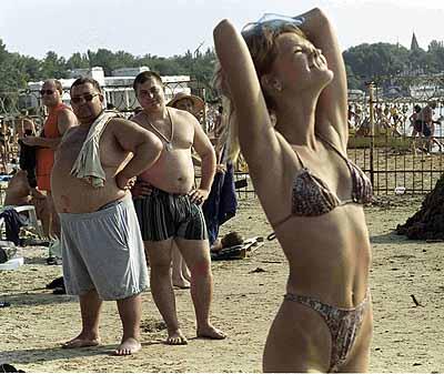 - Хорошо, что на нашем пляже одни только секс-бомбы! Фото из архива «КП»