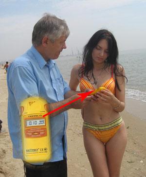 Юриста Олесю Ярошенко радиоактивные пески не пугают. Тем более что на этом пляже все в пределах нормы.