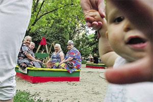 Через 40 лет на детских площадках вместо мальчиков и девочек будут бабушки и дедушки?